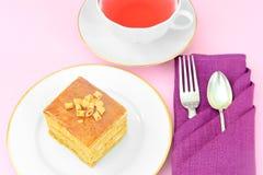 Torta con leche condensada, las nueces y la miel Té Fotos de archivo libres de regalías