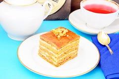 Torta con leche condensada, las nueces y la miel Té Imágenes de archivo libres de regalías