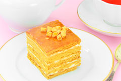 Torta con leche condensada, las nueces y la miel Té Imagenes de archivo