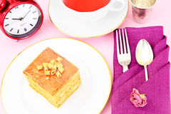 Torta con leche condensada, las nueces y la miel Té Foto de archivo