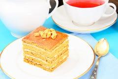 Torta con leche condensada, las nueces y la miel Té Foto de archivo libre de regalías
