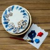 Torta con los copos de nieve y el cepillo Fotografía de archivo
