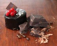Torta con los pedazos de chocolate oscuro fotografía de archivo libre de regalías