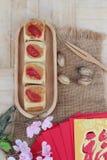 Torta con los sobres rojos, Año Nuevo chino de la luna del festival Fotografía de archivo libre de regalías