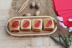 Torta con los sobres rojos, Año Nuevo chino de la luna del festival Fotos de archivo