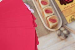 Torta con los sobres rojos, Año Nuevo chino de la luna del festival Fotos de archivo libres de regalías