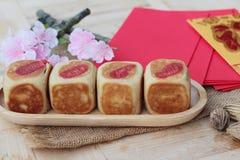 Torta con los sobres rojos, Año Nuevo chino de la luna del festival Imagen de archivo libre de regalías