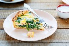 Torta con spinaci ed il pesce immagini stock