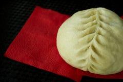 Torta coreana en una servilleta roja en la tabla negra Fotos de archivo libres de regalías