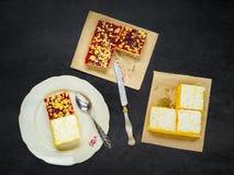 Torta cortada servida en la placa blanca Fotos de archivo