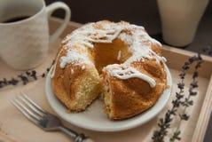 Torta cozida fresca caseiro do pêssego com com a xícara de café Foto de Stock Royalty Free