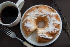 Torta cozida fresca caseiro do pêssego com com a xícara de café Foto de Stock