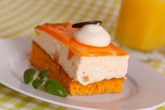 Torta crema arancione con crema fotografia stock libera da diritti