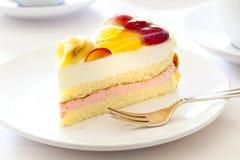 Torta crema con la frutta Fotografie Stock Libere da Diritti