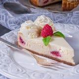 Torta crema del lampone fresco e delizioso Fotografia Stock