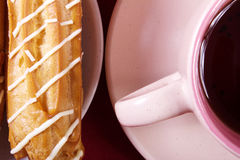 Torta crema, dolce e tazza saporiti di forte caffè Immagini Stock