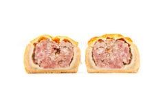 Torta in crosta di carne di maiale isolata su un fondo bianco dello studio Fotografie Stock