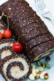 Torta cruda del vegano adornada con las frutas llenas coloreadas agradables, las nueces, las semillas de flor y los ingredientes  Fotos de archivo libres de regalías