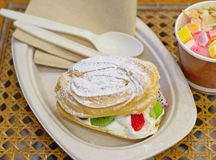 Torta curruscante con crema y fruta de la variedad Imagen de archivo