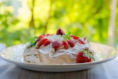 Torta curruscante de Pavlova del merengue con las fresas frescas Fotografía de archivo libre de regalías