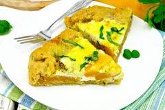 Torta da abóbora e do queijo na placa branca na placa clara Fotos de Stock Royalty Free
