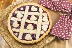 Torta da baga. Berry Pie cozido fresco com Crus da estrutura Fotos de Stock Royalty Free