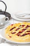 Torta da baga com cerejas e framboesas foto de stock royalty free