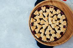 Torta da cereja com as decorações da forma do coração Imagem de Stock