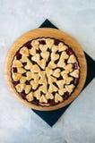 Torta da cereja com as decorações da forma do coração da massa flocoso em um wh Imagem de Stock