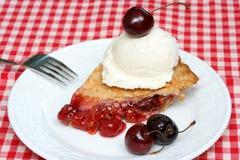 Torta da cereja e gelado Imagem de Stock