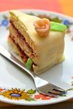 A torta da fruta do verão com maçapão levantou-se Imagem de Stock Royalty Free