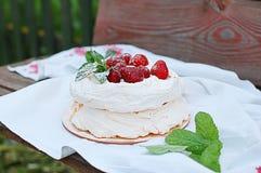 Torta da merengue com morangos imagem de stock royalty free