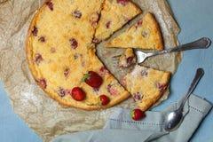 Torta da morango Clafoutis Sobremesa conceito home do cozimento fotografia de stock