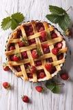 Torta da morango com opinião superior vertical das bagas frescas Imagens de Stock