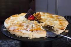 Torta da noz com as framboesas, decoradas com morangos frescas, imagens de stock royalty free