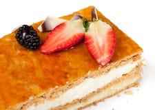 Torta da pastelaria de sopro com morangos e creme Foto de Stock