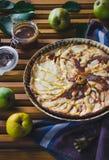 Torta da pera com porcas, caramelo e mascarpone foto de stock