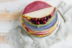 Torta dai pancake variopinti, decorati con le bacche Fotografia Stock