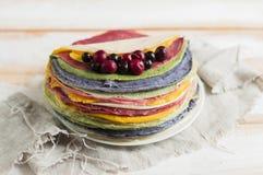 Torta dai pancake variopinti, decorati con le bacche Fotografie Stock Libere da Diritti