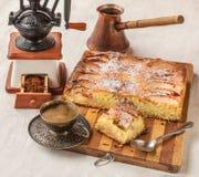 Torta danesa de Apple con una taza de café Foto de archivo