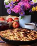 Torta das maçãs e um ramalhete dos crisântemos Fotografia de Stock Royalty Free