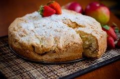 Torta de Apple com morangos Fotografia de Stock