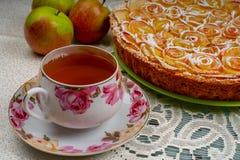 Torta de Apple com rosas e chá fotos de stock