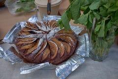 Torta de Apple cozida caseiro quente fresca em uma folha fotos de stock