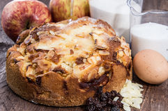 Torta de Apple cozida fresca com ingredientes Foto de Stock