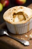 Torta de Apple cozida indivíduo com colher imagem de stock royalty free