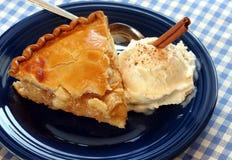 Torta de Apple e gelado Fotos de Stock Royalty Free