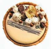 Torta de Apple y del caramelo con las avellanas y la opinión superior de la frontera de la galleta imagenes de archivo