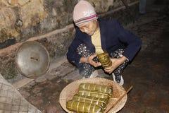 Torta de arroz asiática del embalaje de la mujer Foto de archivo libre de regalías