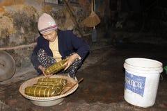 Torta de arroz asiática del embalaje de la mujer Fotografía de archivo libre de regalías